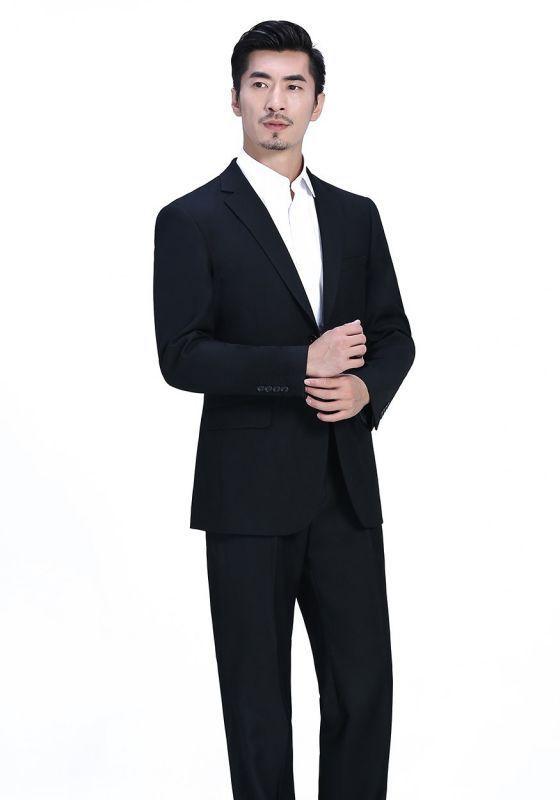 怎样搭配灰色西装?